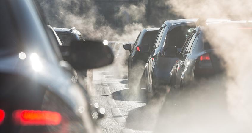 Verkehrsstau mit Abgaswolken, © elcovalana, fotolia.com